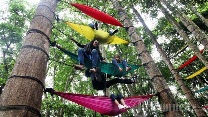 Sejumlah pengunjung bergantung di hammock sambil duduk dan tiduran yang terpasang di antara pohon di Taman Hutan Raya (Tahura) Ir H Djuanda, Dago Pakar, Kota Bandung, Minggu (4/11/2016). Untuk menikmati ayunan yang terbuat dari kain itu, pihak penyedia Pakar Outbound menyewakan untuk pengunjung seharga Rp 20.000 per satu unit hammock.