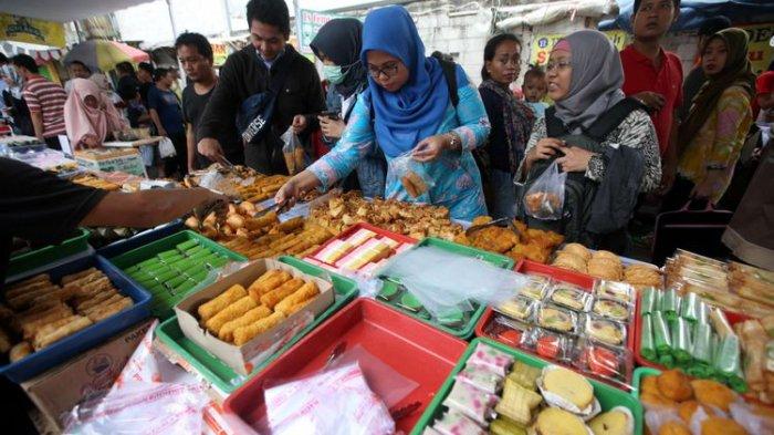 Warga berburu takjil untuk berbuka puasa di Pasar Benhil, Jakarta