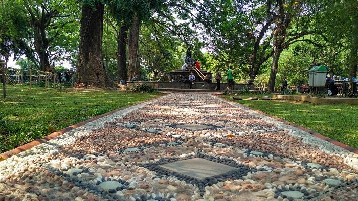 Jalan setapak lintasan batu terapi di Patung Partinah, Taman Balekambang, Solo, Kamis (15/9/2016) siang.