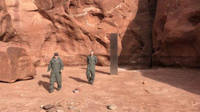Tangkap layar monolit logam tertancap di gurun pasir, Selasa (24/11/2020).