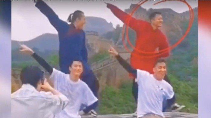 Tangkapan layar dari saluran YouTube Guo Tian Xiao Bu Dian ini menunjukkan Yin Xiaotian dan beberapa penari melakukan gerakan di Tembok Besar.