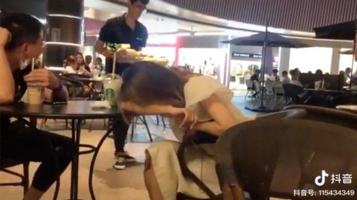 Viral di Medsos, Seorang Pria Menyatakan Cinta di Mall dengan Buket Pisang