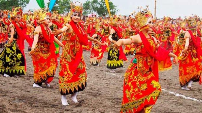 Upaya Pemerintah Kabupaten Banyuwangi melestarikan gandrung dimulai dengan memperkenalkan tari tersebut kepada khalayak. Sebanyak 1.053 pasang penari gandrung dilibatkan dalam Paju Gandrung Sewu di Pantai Boom Banyuwangi, Jawa Timur, Sabtu (23/11/2013).