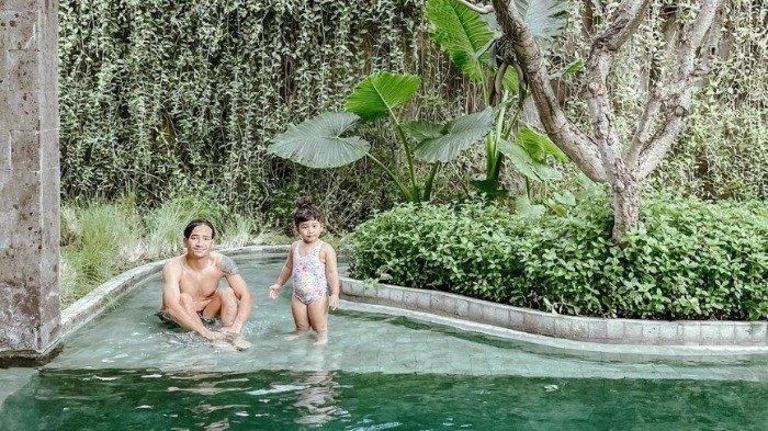 Tarra Budiman Boyong Keluarga Liburan ke Bali, Intip Keseruannya saat Main Pasir di Pantai