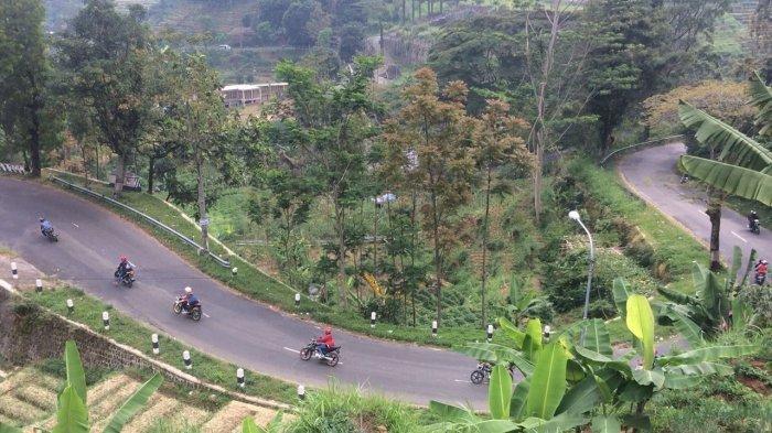 Kondisi arus lalu lintas di Jalan Raya Solo-Tawangmangu, Kecamatan Tawangmangu, Karanganyar, Jawa Tengah, Minggu (17/6/2018) pukul 11.00 WIB.
