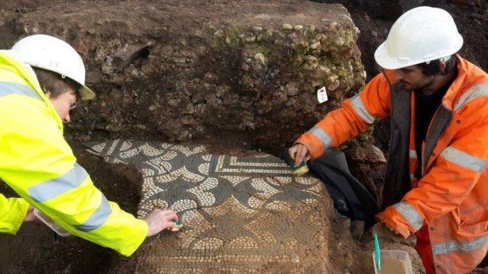 Teater Romawi dan lantai mosaiknya ditemukan di sebelahnya.