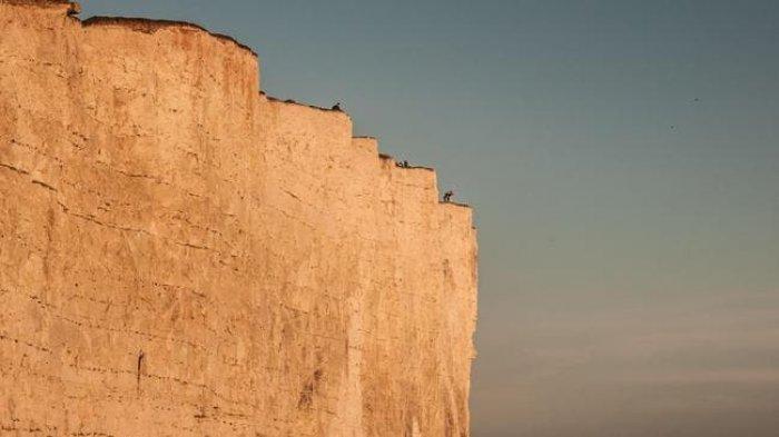Ngeri, Dua Wanita Ini Taruhkan Nyawa Demi Foto di Tepi Tebing Setinggi 120 Meter