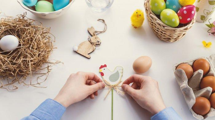 Telur paskah yang dihiasi dengan aneka warna