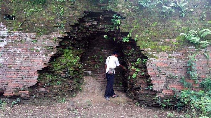 Lubang besar di tembok Srimanganti Keraton Kartasura akibat tembakan meriam pasukan Sunan Kuning. Di pintu inilah pasukan penyerbu memasuki cepuri keraton, tempat tinggal raja. (TRIBUNJOGJA/SETYA KS)