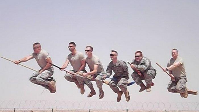 Tak Selalu Serius dan Kaku, 10 Foto Ini Buktiin Kalau Tentara juga Bisa Ngelawak