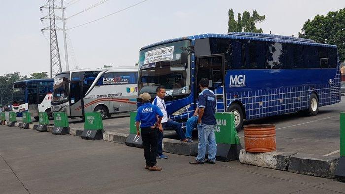 Beberapa bus di Terminal Kampung Rambutan, Ciracas, Jakarta Timur