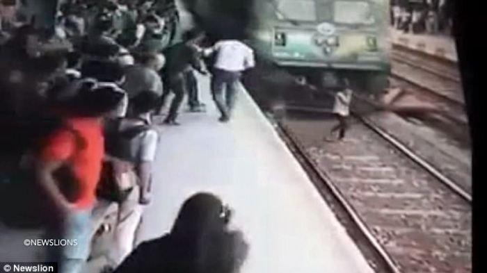 Ajaib! Tertabrak Kereta Saat Akan Menyebrangi Rel, Remaja 19 Tahun Ini Masih Hidup