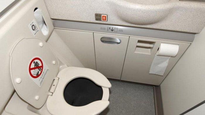 Pramugari Ini Ungkap Hal Menjijikkan Tentang Toilet Pesawat yang Tak Disadari Penumpang