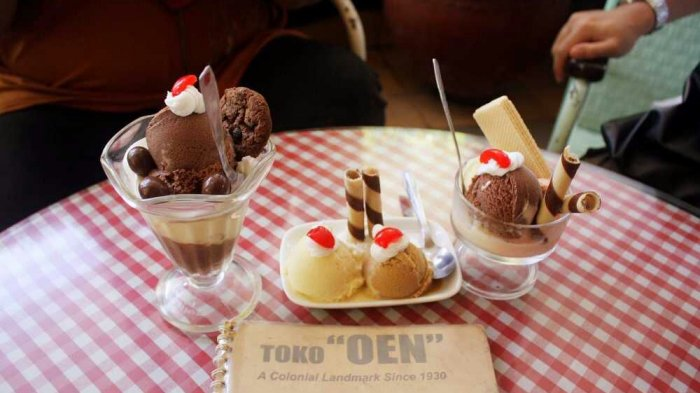 Toko Oen merupakan restoran legendaris di Kota Malang yang terkenal dengan menu eskrimnya.