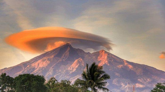 Potret Fenomena Topi Awan yang Langka di Gunung Merbabu dan Gunung Lawu