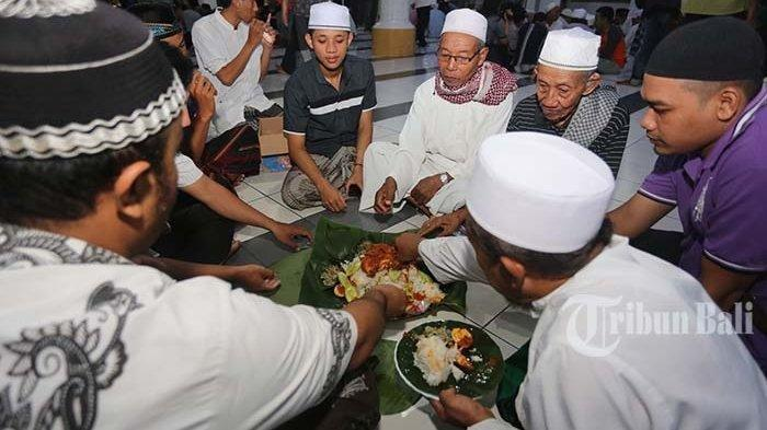 Mengenal Megibung, Tradisi Unik Unik Masyarakat Bali Jelang Bulan Ramadan