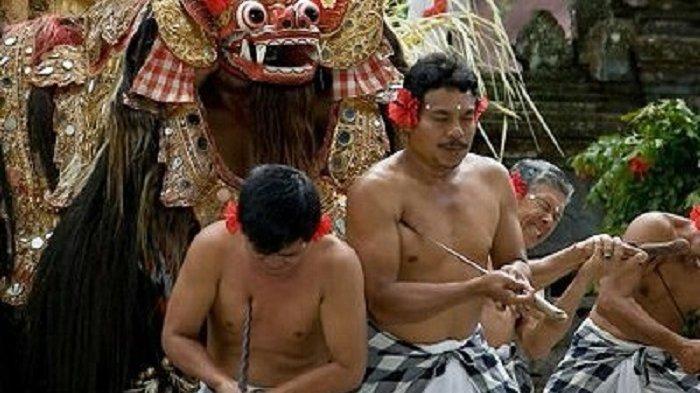 Ngurek, Tradisi Melukai Diri Saat Perayaan Galungan di Bali