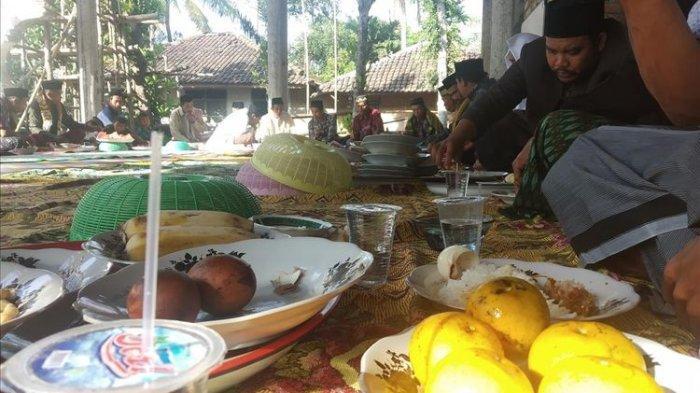Usai Salat Idul Adha 2019, Masyarakat Lombok Tengah Lakukan Tradisi Roah