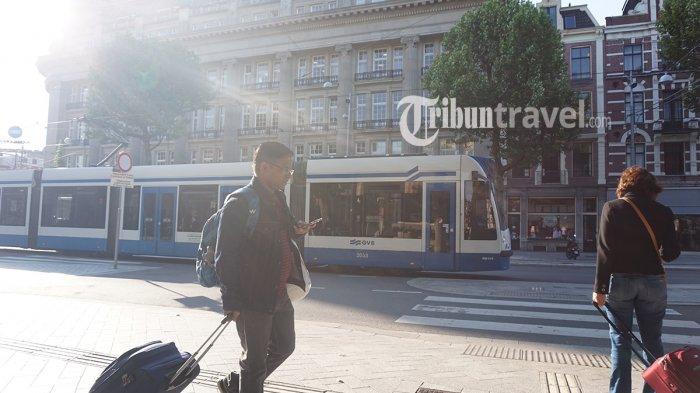 Tram melewati kawasan Leidseplein, Amsterdam, Belanda, Kamis (24/5/2018).