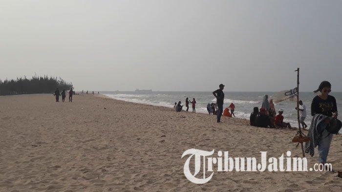 Wisata Tuban - Pantai Remen Dikelilingi Pohon Cemara, Pasir Putihnya Terhampar di Sepanjang Pesisir