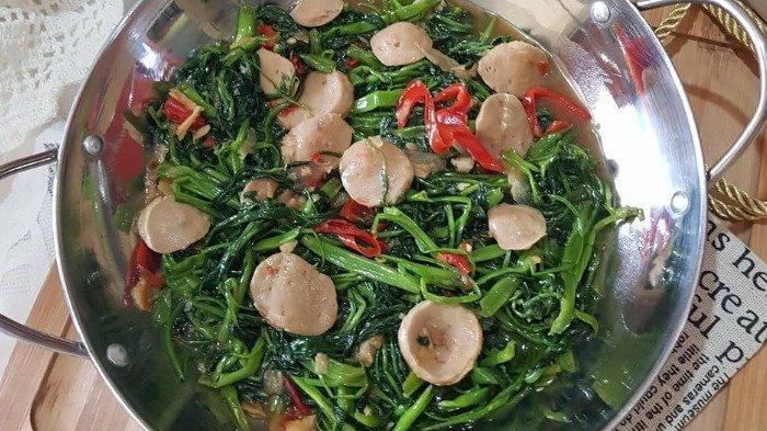 Ilustrasi sajian Tumis kangkung saus tiram dengan topping bakso