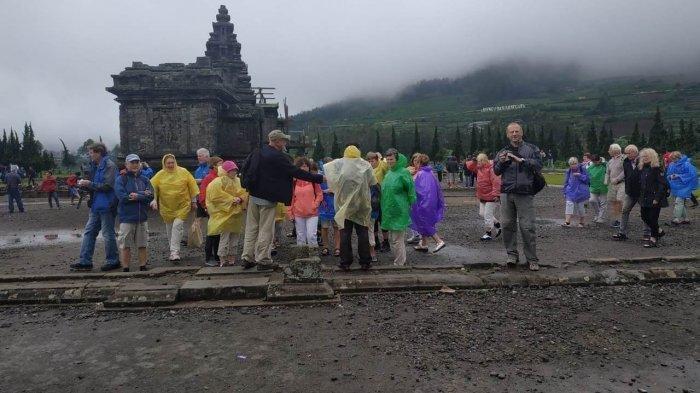Turis berkunjung ke Candi Dieng