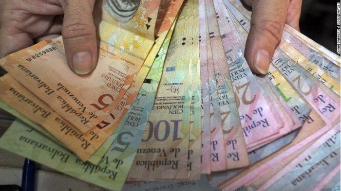 Akibat Ekonomi yang Melemah, Penduduk Venezuela Ubah Uang Kertas Mereka Jadi Tas Tenun