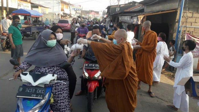 Peringati Hari Raya Waisak, Umat Buddha Bagikan Takjil dan Sembako