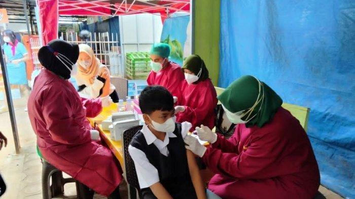 Vaksinasi di Pantai Kelapa, Kelurahan Panyuran, Kecamatan Palang, Kabupaten Tuban, Jawa Timur, Kamis (22/7/2021)