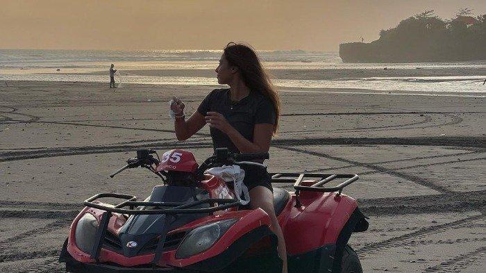 Valerie Thomas Pamer Foto Liburan di Bali, Intip Keseruannya saat Main ATV di Pantai