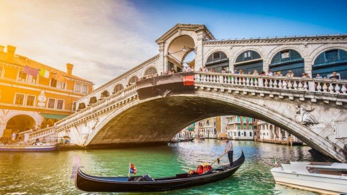Dua Turis Jerman Didenda Rp 11 Juta Setelah Berenang di Kanal Venesia