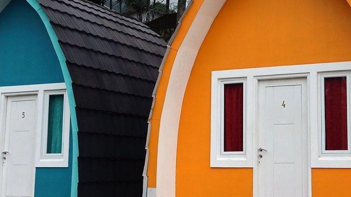 Villa jagung Nirvana Valley Resort dengan bentuk unik dan berwarna-warni.