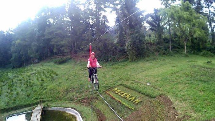 Wahana baru di wanawisata Baturraden, sepeda layang atau flying bike. Pengunjung cukup merogoh kocek Rp 20 ribu untuk menikmati wahana itu.