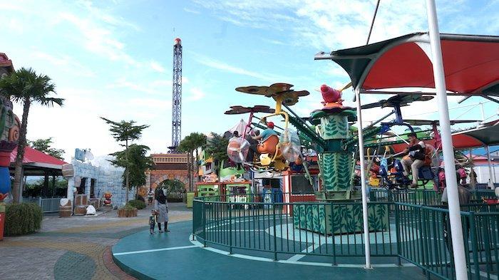Wisatawan menjajal wahana di Saloka Theme Park