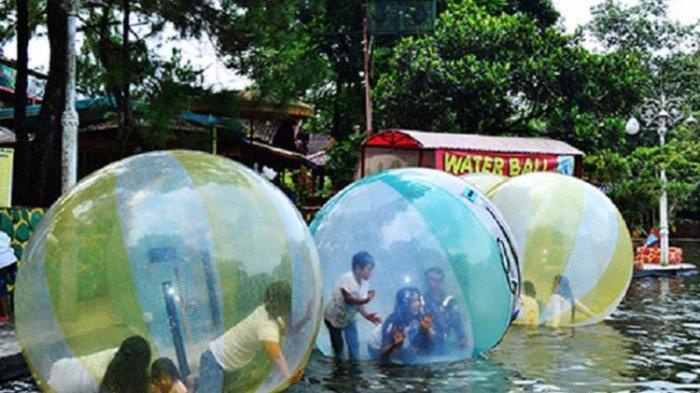 Wahana permainan bola air di Taman Wisata Matahari.