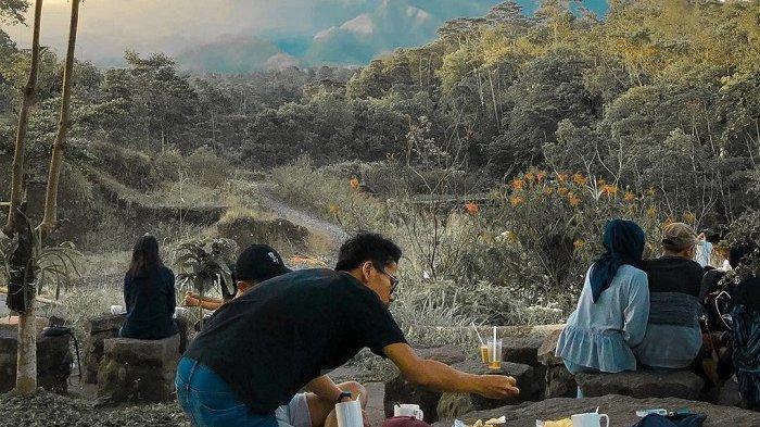 Di Warung Kopi Merapi ini kamu bisa menikmati panorama Gunung Merapi dengan suasana yang sejuk.