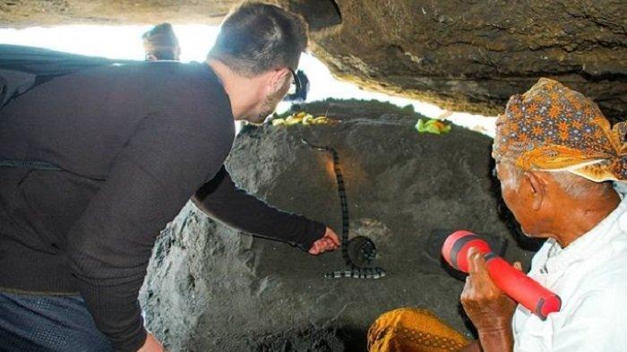 Wisatawan menyaksikan ular poleng di Tanah Lot Bali yang menjadi legenda di sana
