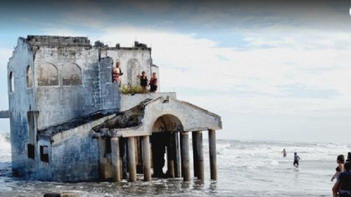 wisatawan penasaran mengunjungi vila misterius baru-baru di pantai di Costa del Sol, El Salvador