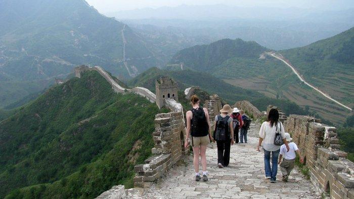 Wisatawan yang menjelajahi Tembok Besar China