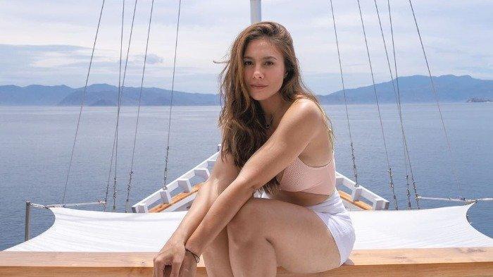 Potret cantik Wulan Guritno saat liburan ke Labuan Bajo.