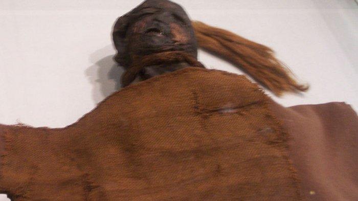 Yde Girl , mumi yang ditemukan pada 1897 di Stijfveen dekat Yde , Belanda. Sekarang dipajang di Drents Museum Assen.