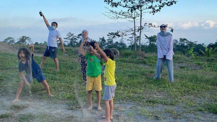 Potret keseruan Zaskia Adya Mecca dan keluarga saat random trip di sekitar Gunung Merapi.