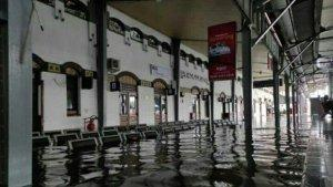 Stasiun Semarang Tawang Banjir Lagi, Penumpang Dialihkan Sementara Waktu