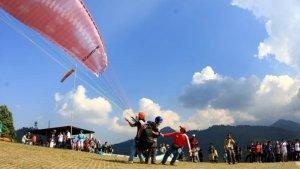 TRAVEL UPDATE: Bukit Gantole Bogor, Tempat Asyik Buat Ngabuburit Sambil Bermain Paralayang