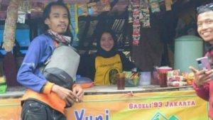 Viral di Medsos, Mahasiswi Cantik Asal Klaten Jualan di Warung Pos 3 Pendakian Gunung Lawu