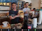 amadeus-suropati-saat-meracik-kopi-di-mercato-coffee-shop.jpg
