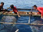 anak-anak-bermain-dengan-hiu-paus-di-botubarani-gorontalo_20180909_180108.jpg