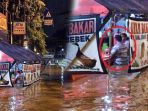 asyik-makan-banjir_20180207_150401.jpg