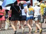 banyak-wanita-di-china-memakai-rok-mini_20180604_140642.jpg