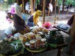 beberapa-warga-menjajakan-makanan-di-pasar-sopo-aruh.jpg